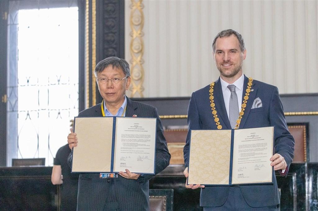 台北市長柯文哲(左)13日與布拉格市長賀瑞普(右)簽署姊妹市協定,上海市隨後宣布解除與布拉格的友好城市關係。(圖取自facebook.com/DoctorKoWJ)