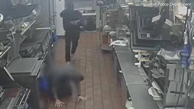 男子爬进麦当劳 正欲打劫却撞脸监控(组图)