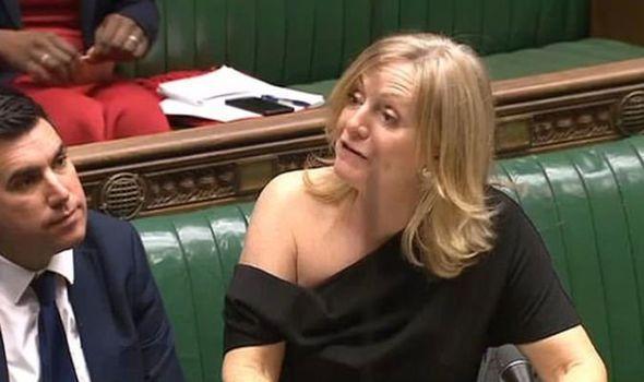 英国女议员在议会偶露香肩,被网友逼到无奈自辩(图)