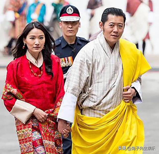 不丹老国王把儿媳妇搂怀里,还主动牵手出行(图)