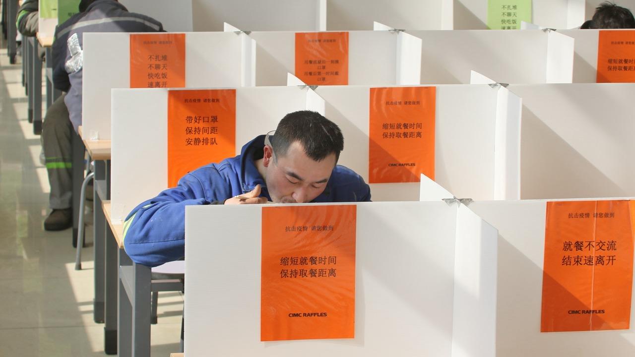 """中国企业复工战""""疫""""百态 :食堂变身格子间(组图)"""