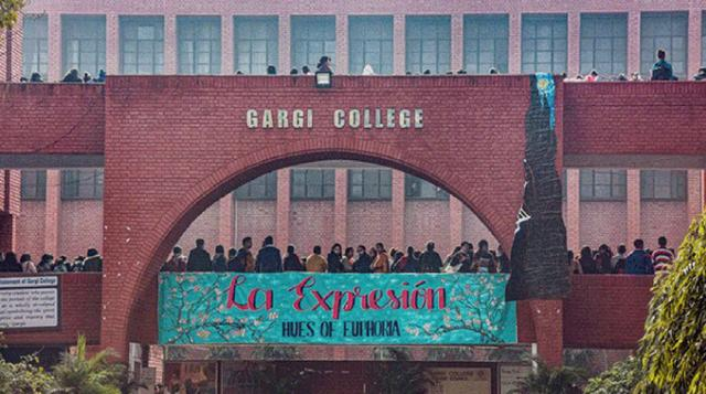 印度女子學校被千餘暴徒攻破,女生被集體性侵,警察不敢管隻圍觀