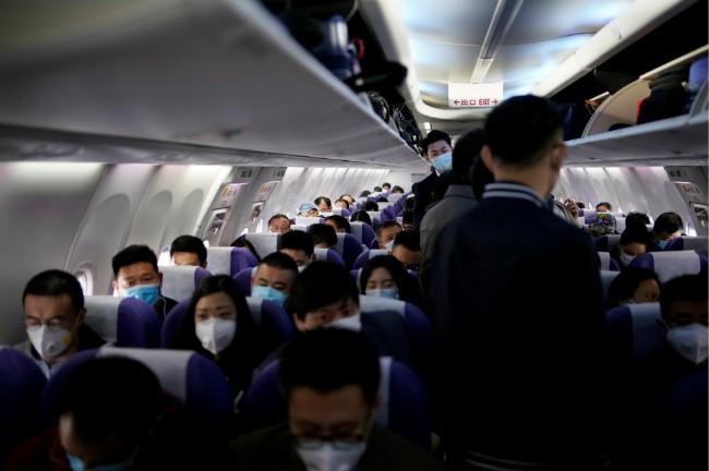 逃離美國 留學生父親花18萬搭包機送女兒回中國(圖)
