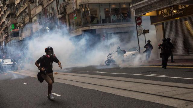 七月一日香港人上街抗议国安法,港警发射催泪弹。(法新社)