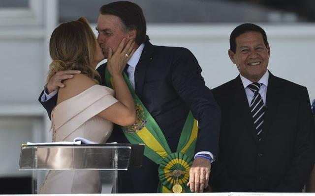 巴西第一夫人 新冠检测阳性 80后比总统小27岁