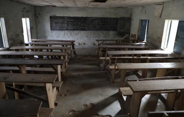 """""""该祈祷了""""武装分子凌晨冲进宿舍 掳走300女学生"""