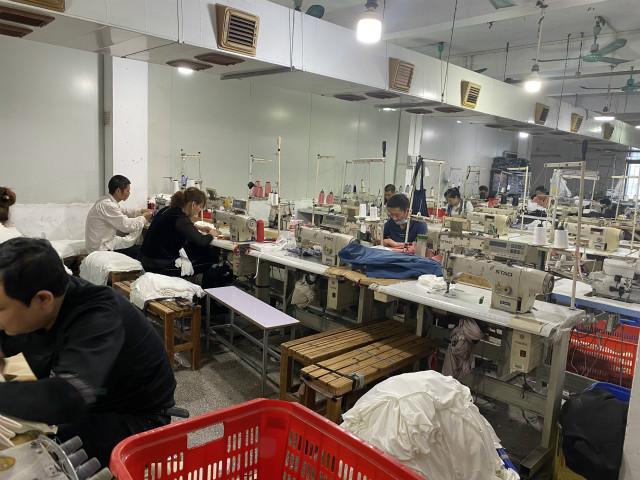 广州制衣村老板站街求聘打工者 月薪上万找不到人