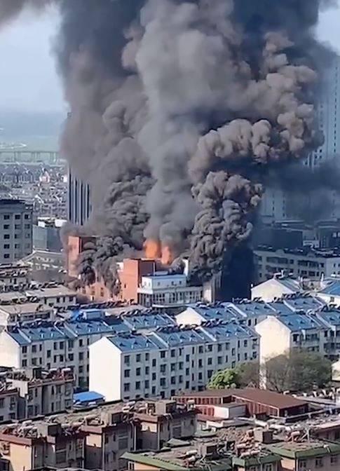 安徽发生严重大火 商业大楼被吞噬 多人死伤