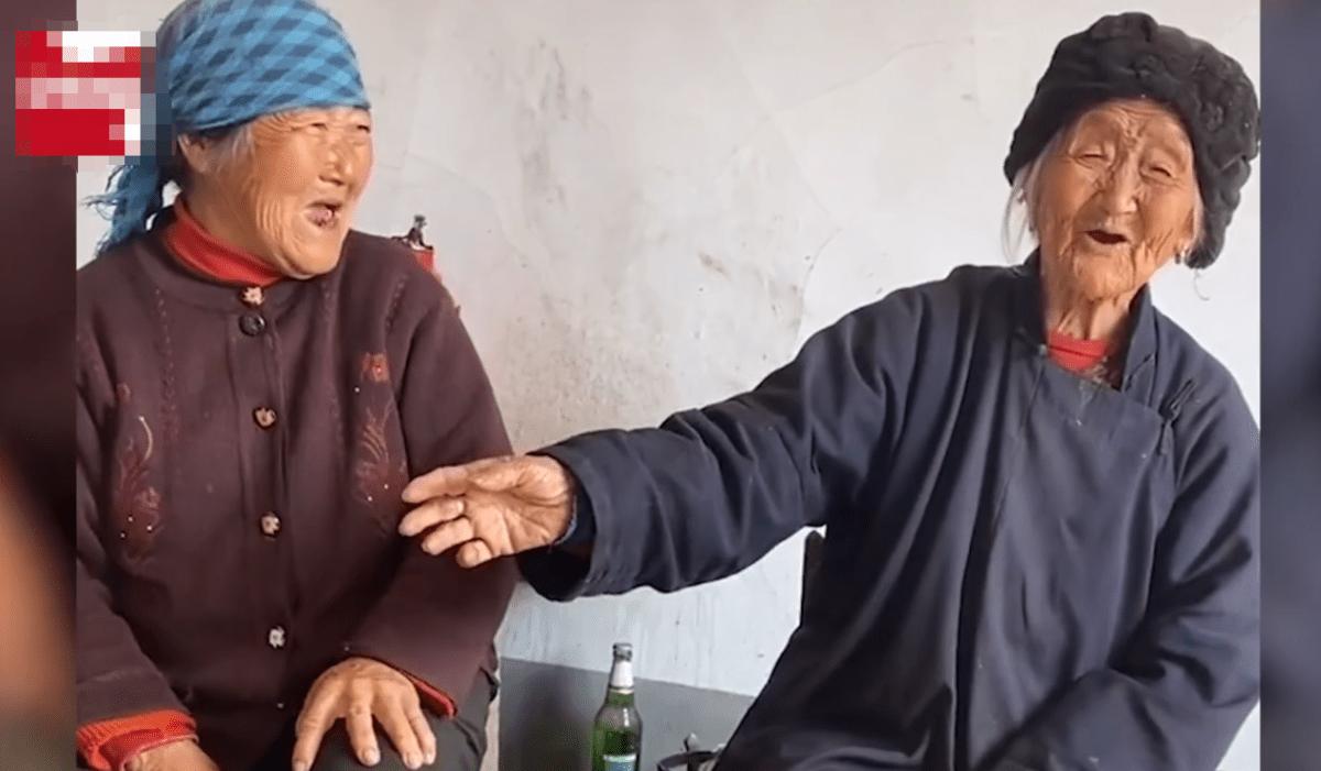 102岁妈妈给80岁闺女零花钱,幸福就是这么简单