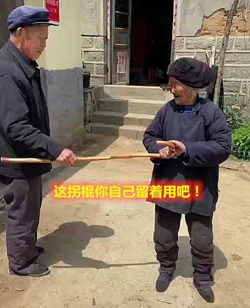 7旬儿子给102岁母亲买拐杖,老人:你自己留着用吧