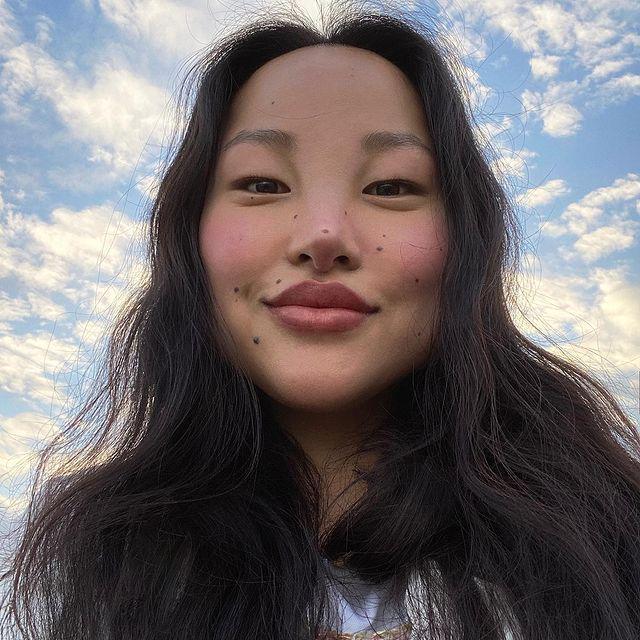 """藏族女孩因""""丑""""爆火!满脸黑痣却成了时尚圈名模"""