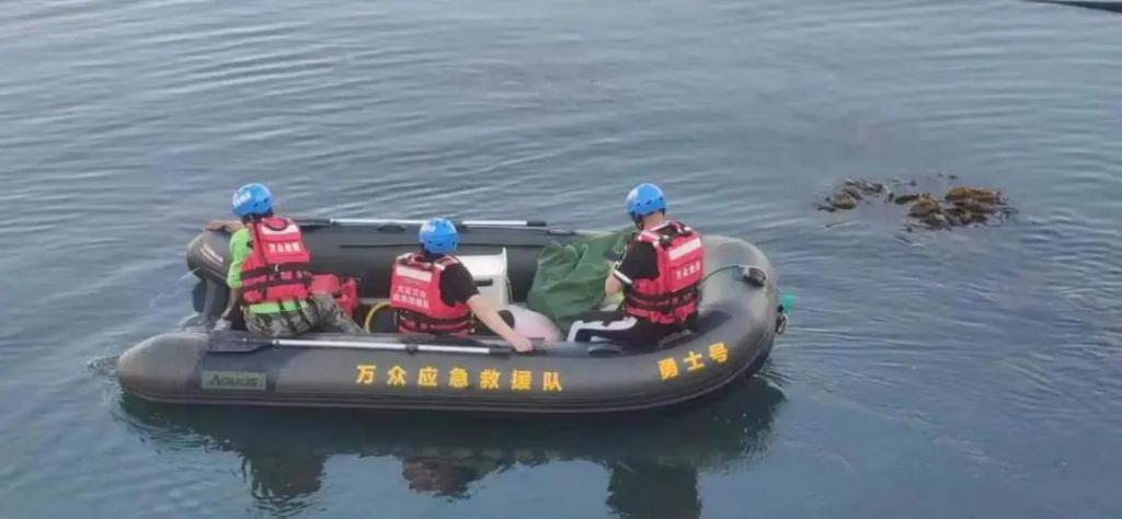 小伙跳海轻生后悔了,没想到海蛎子救了他一命…