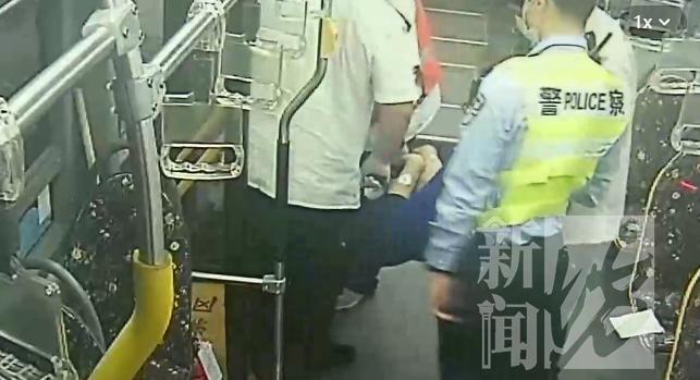 上海阿姨公交车上救下一条命,网友:思路清晰