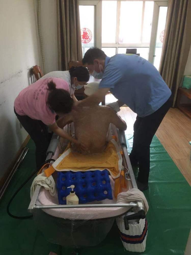 临终关怀助浴师:帮老人洗最后一次澡,体面地离开人世