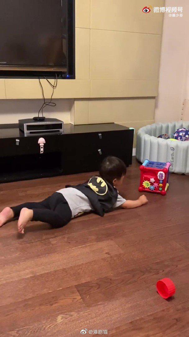 蔡少芬张晋一家三口出游,1 岁儿子正脸照曝光
