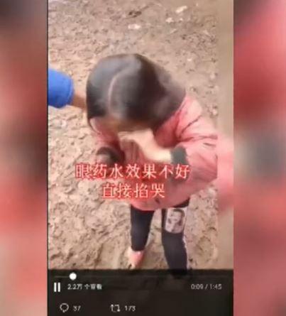 连哄带骗、上手掐疼…只为让女孩流泪带货卖苹果