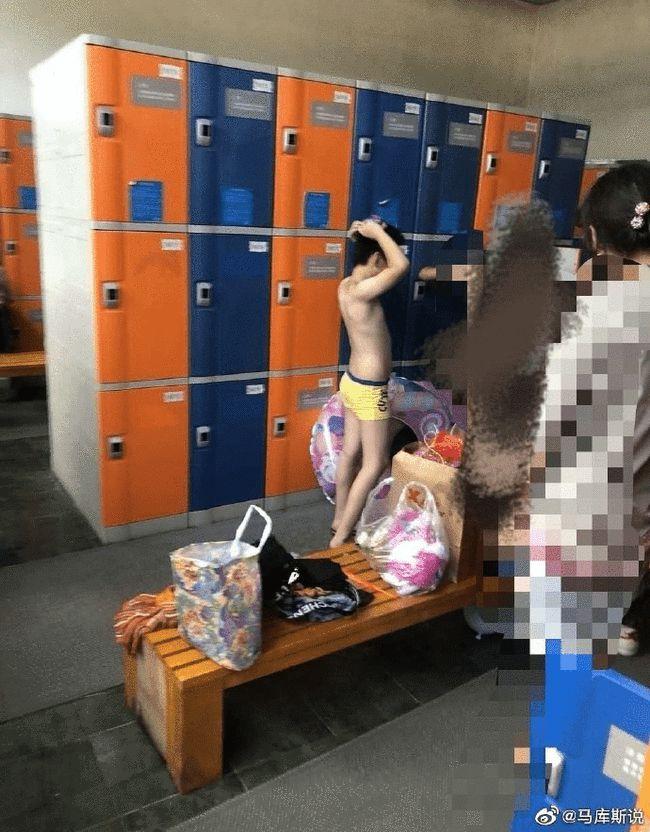 妈妈带十几岁儿子进女更衣室,网友炸锅了!