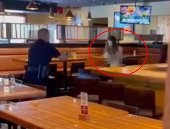 美一裸女发狂砸餐厅!惨遭男警电击胸部石化倒地...