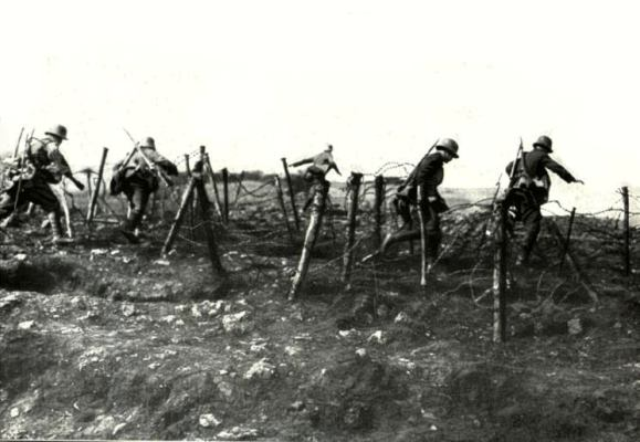 https://i0.wp.com/www.wereldoorlog1418.nl/warpictures/trenches/images-trenches/15-german-stormtroopers-during-attack-gw000.jpg