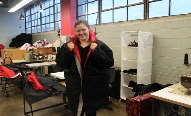 Veronika Scott con indossa il cappotto che diventa sacco a pelo