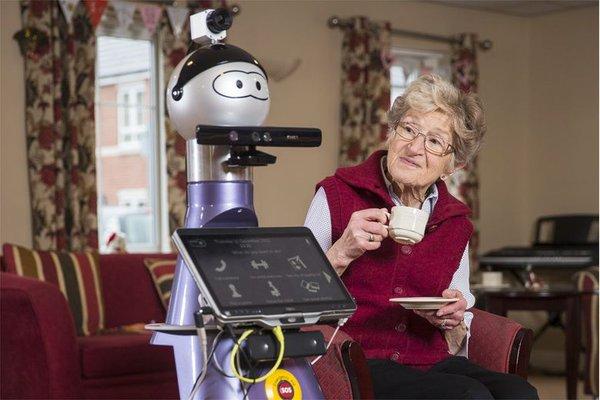 robot che aiuta anziani