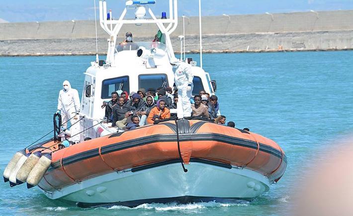 Un momento delle operazioni di sbarco ieri a Crotone (foto Misericordia di Isola di Capo Rizzuto)