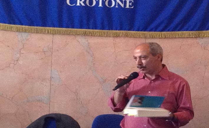 Carmine Abate mentre parla agli studenti di Crotone