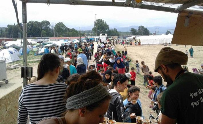 Profughi in fila per mangiare nel campo di Idomeni (foto da Facebook)