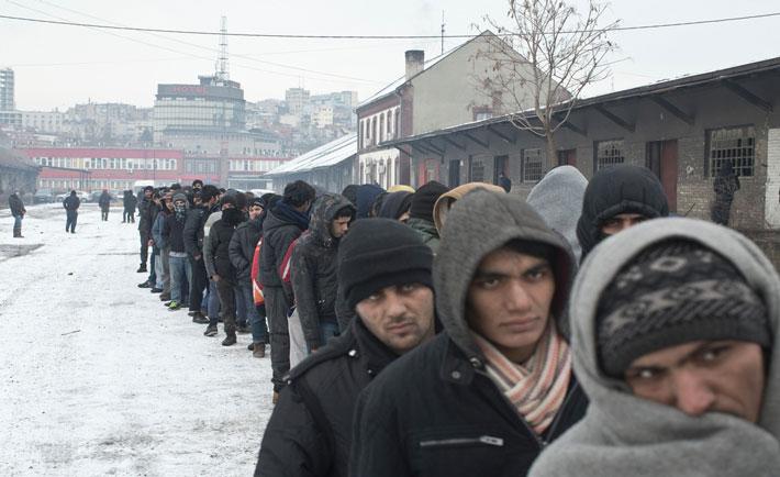 Belgrado, Serbia. Persone in fila per il cibo in un magazzino abbandonato usato come riparo dai rifugiati