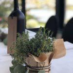 Tischdekoration mit Wein Flaschen