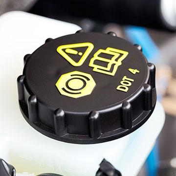 Bremsflüssigkeitsbehälter im Auto