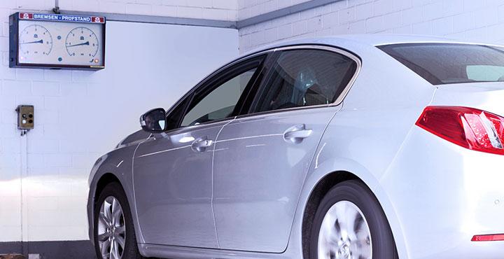 Fahrzeug im Bremsenprüfstand