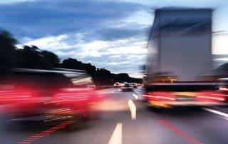 Bremsende Fahrzeuge auf der Autobahn, Dämmerung