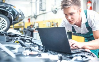 Mechatroniker mit Laptop bei der Arbeit