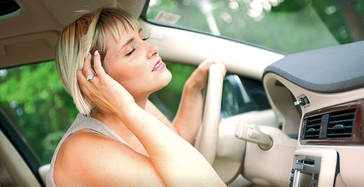 Frau genießt kühle Luft aus der Klimaanlage