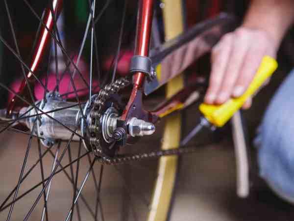 Radkette wird mit Fett geschmiert