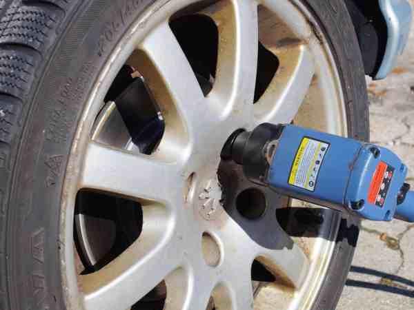 Im Sommer und im Winter steht mit dem Reifenwechsel eine Zeit- und Kraft raubende Aktion ins Haus, welche man durch den Einsatz eines Elektro Schlagschraubers in ein angenehmes und spaßiges Unterfangen verwandeln kann.