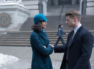 GOTHAM: Gordon (Ben Mckenzie, R) tries to protect Dr. Leslie Tompkins (guest star Morena Baccarin, L) in the ÒUnder the KnifeÓ episode of GOTHAM airing Monday, April 20 (8:00-9:00 PM ET/PT) on FOX. ©2015 Fox Broadcasting Co. Cr: Jessica Miglio/FOX