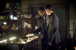 """The Flash -- """"Who is Harrison Wells?"""" -- Image FLA119A_0334b-- Pictured (L-R): Jesse L. Martin as Detective Joe West and Grant Gustin as Barry Allen -- Photo: Katie Yu /The CW -- © 2015 The CW Network, LLC. All rights reserved."""