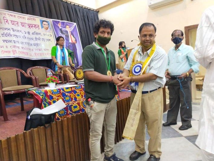 ডঃ বি. আর. আম্বেদকর এর ১৩১ তম জন্মদিনে সাংবাদিক রত্ন পেলেন মৃত্যুঞ্জয় সরদার - West Bengal News 24