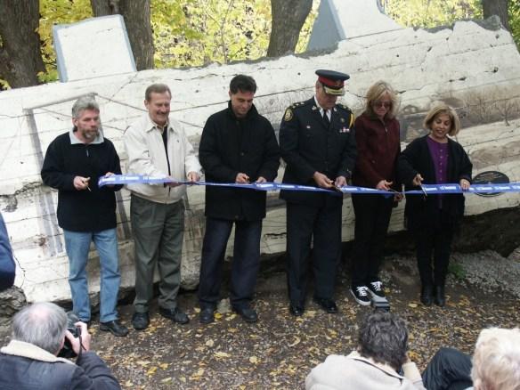 Mario Noviello (centre) assisted by Alan Tonks, Julian Fantino and Frances Nunziata.
