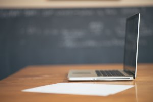 apple-desk-laptop-working