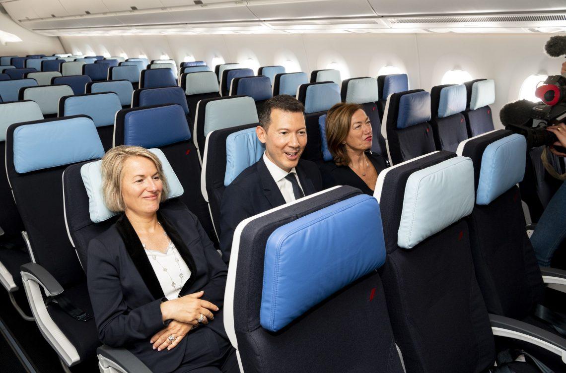 Il primo A350 su un totale di 28 ordini è stato consegnato ad Anne Rigail, Amministratore delegato di Air France e Benjamin Smith, Amministratore delegato del gruppo Air France-KLM, dall'amministratore delegato di Airbus Christian Scherer.