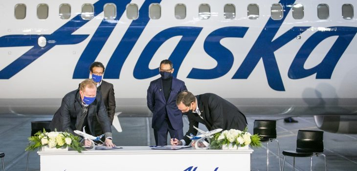 I dirigenti di Alaska Airlines e Boeing firmano l'accordo. (Da sinistra a destra: Stan Deal, Boeing Commercial Airplanes