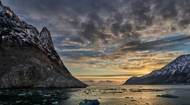 Soleil de minuit sur les falaises du glacier de la Madeleine