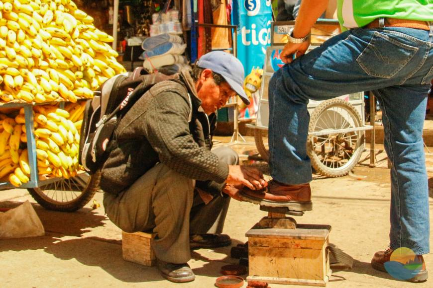 Shoe polishing, Sucre market, mercado campesino