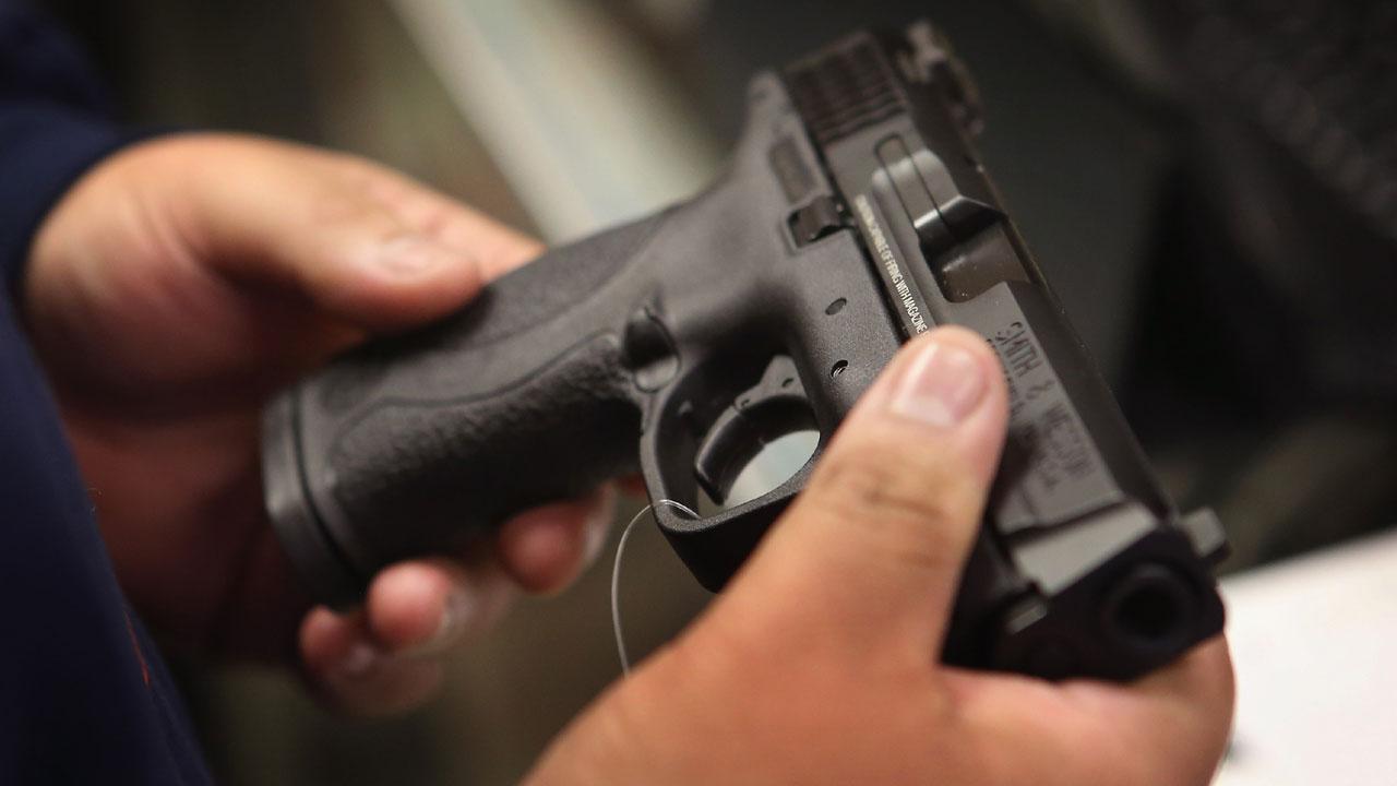 man holding handgun32676020-159532