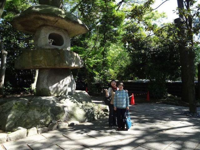 久伊豆神社の巨大な石灯篭_hisaizu