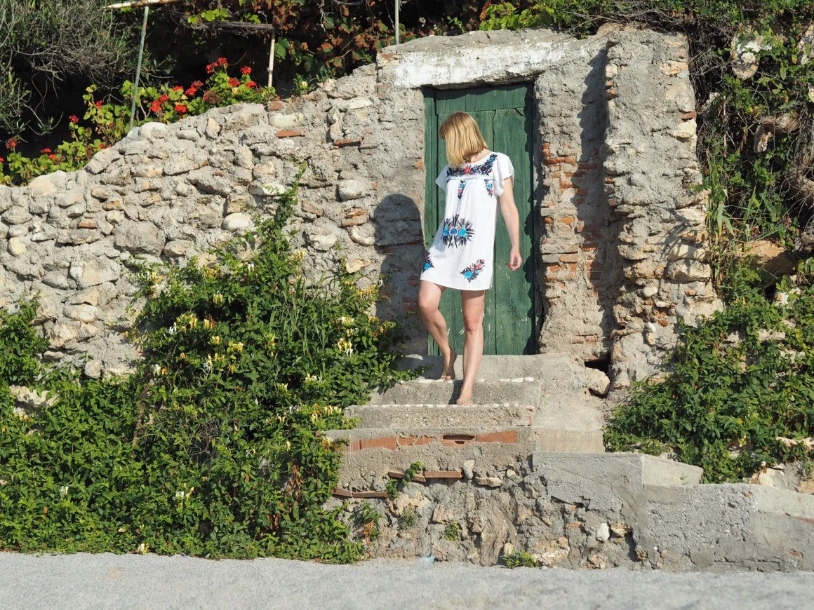 what-lizzy-loves-holiday-outfits-holidayoutfits-white-embroidred-beach-dress-nerja