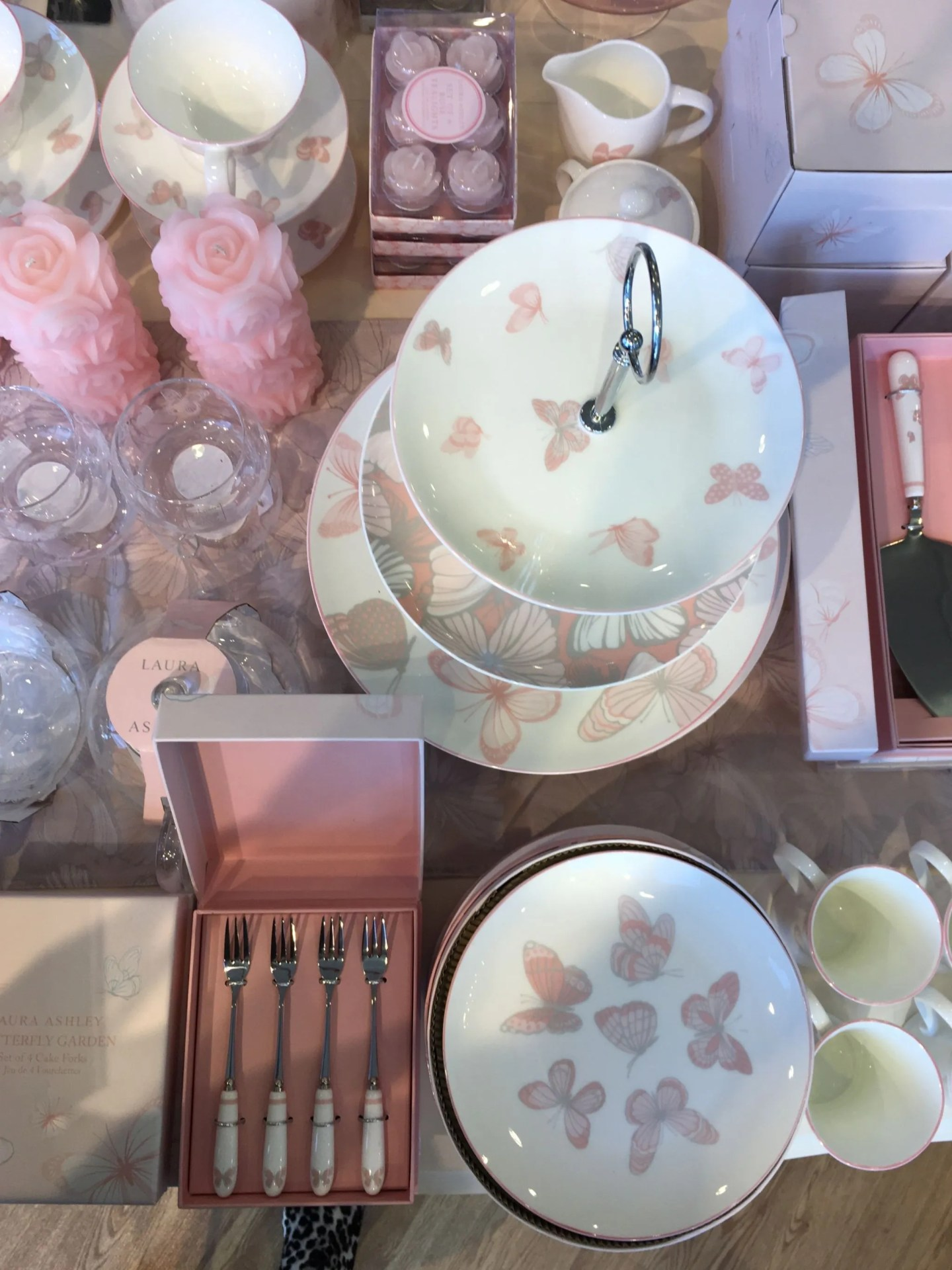 what-lizzy-loves-mothers-day-gift-guide-laura-ashley-pink-table-setting